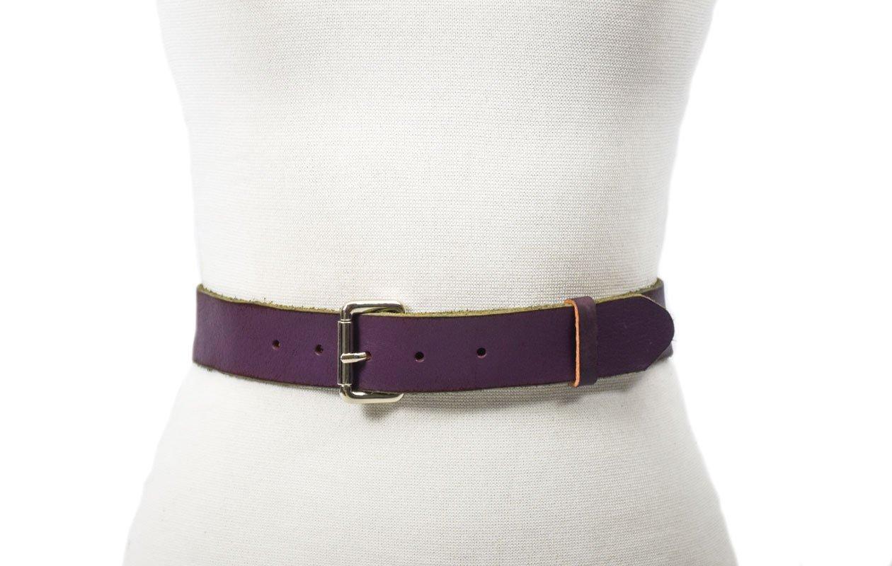 cinturón de piel vacuna con hebilla níquel color violeta