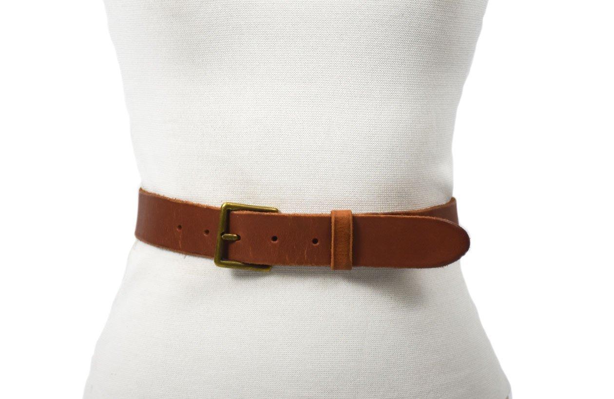 cinturón de piel marrón con hebilla oro viejo