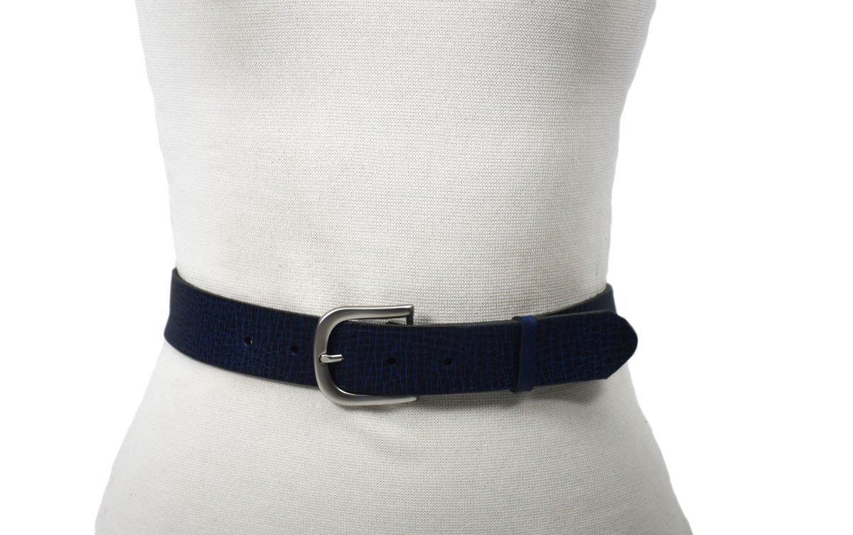 cinturón de piel efecto azul con rotura color negro hebilla plata mate