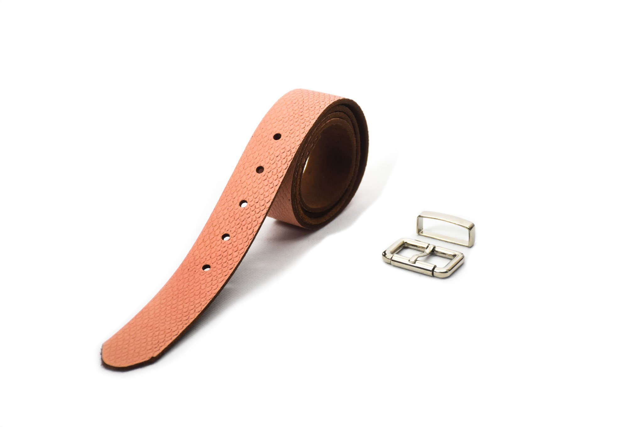 cinturón de piel cuero curtimiento vegetal color rosado grabado rombos hebilla y pasador níquel
