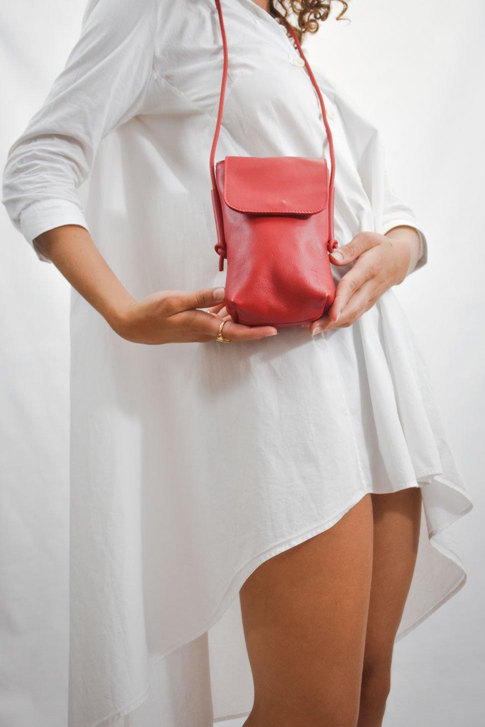 bolso pequeño hecho a mano de piel rojo