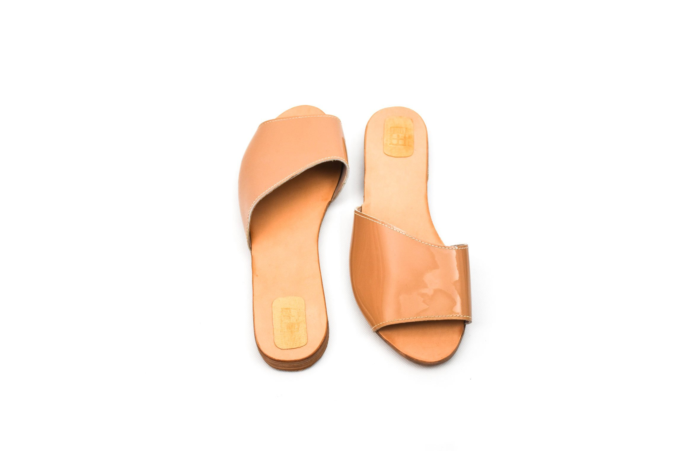 sandalia plana charol crudo asimétrica handmade