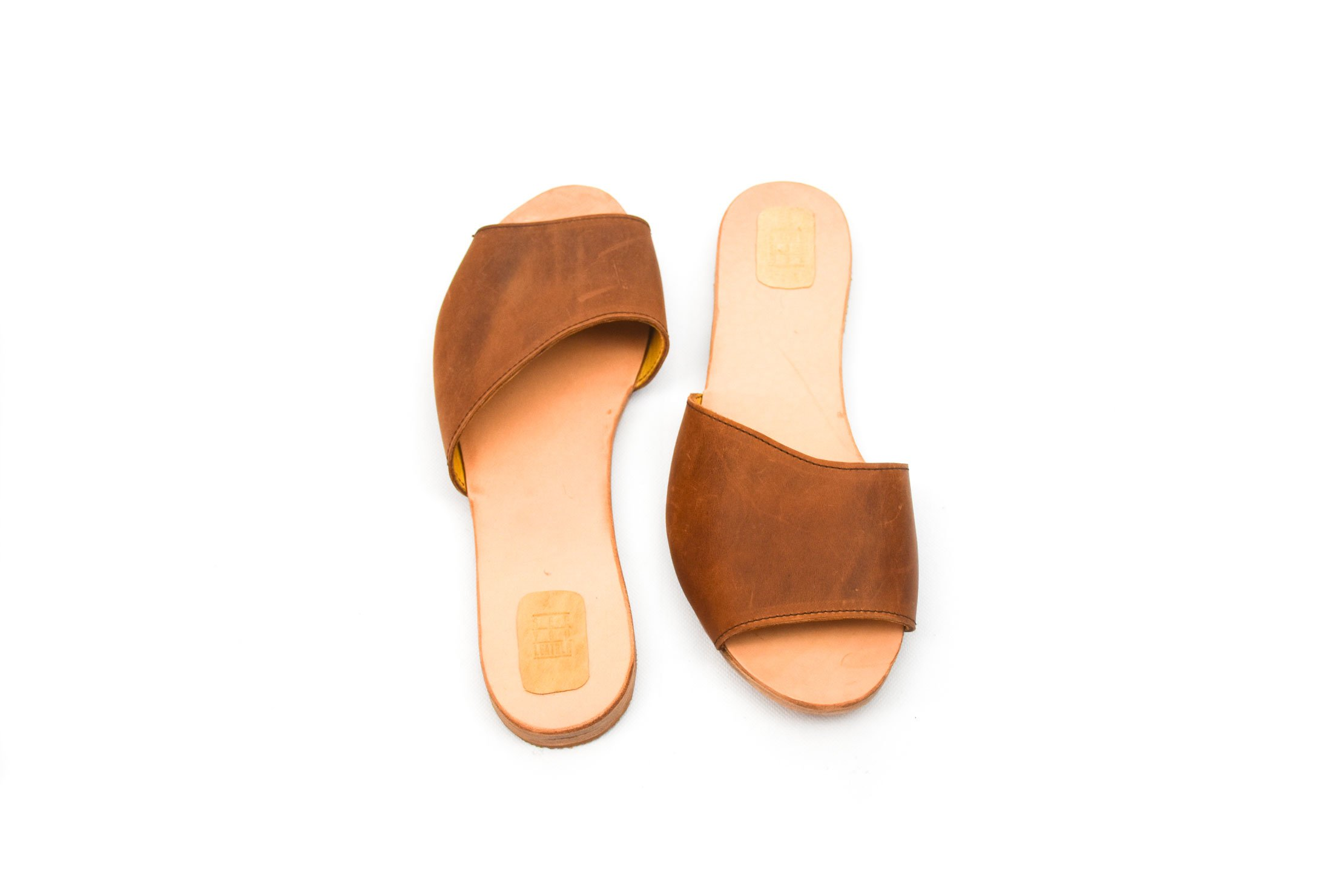sandalia asimétrica cuero piel marrón handmade