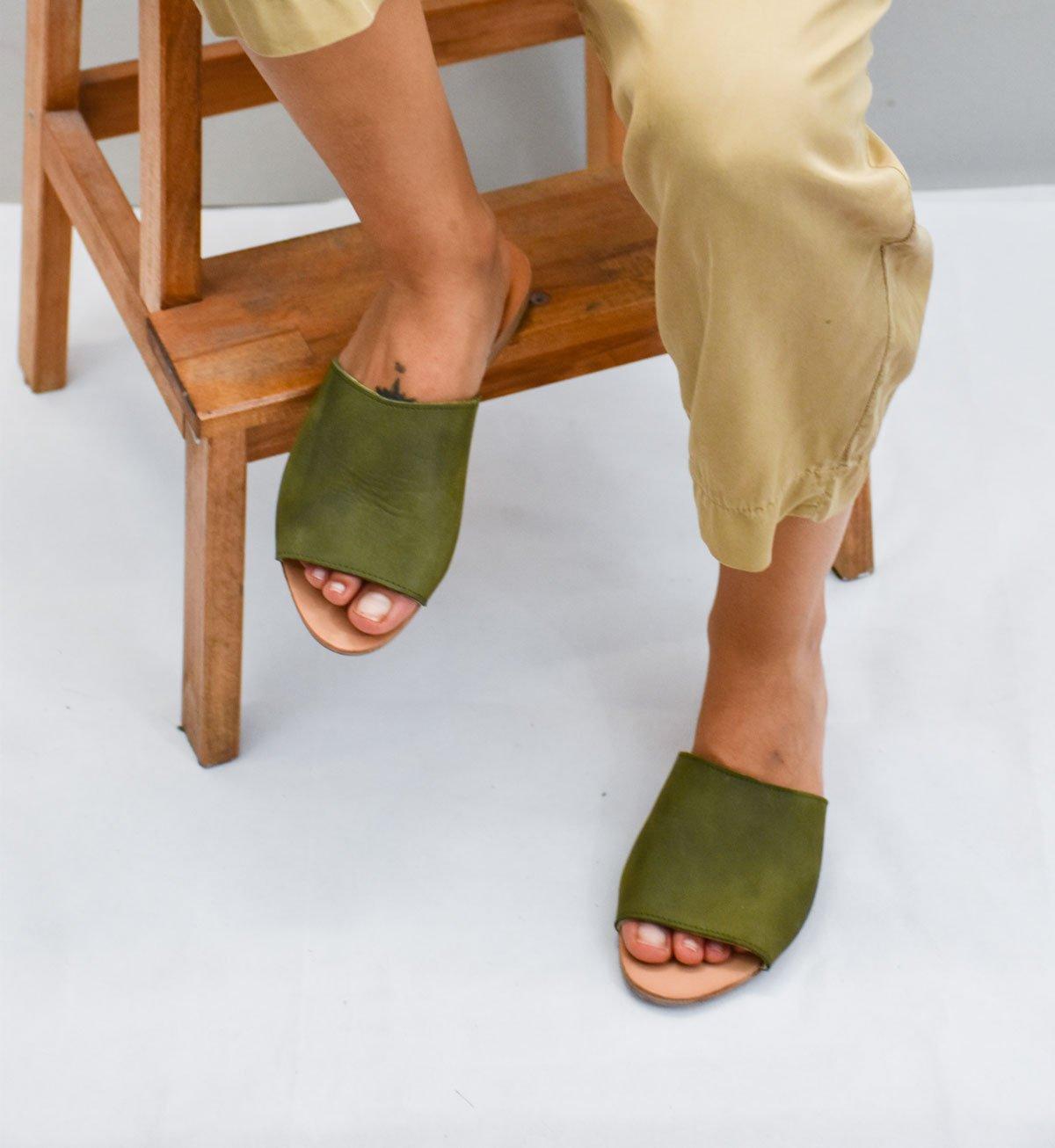 sandalia verde simetrica para mujer hecho a mano de cuero vacuno suela antideslizante