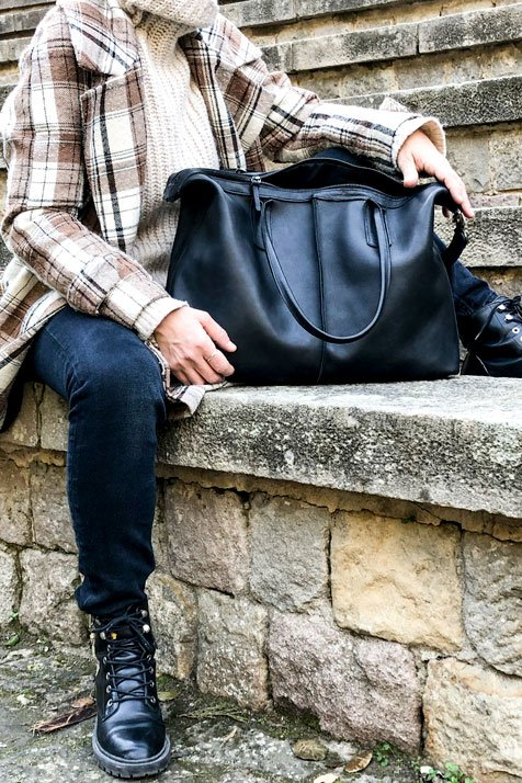 bolso negro cuero hecho a mano barcelona